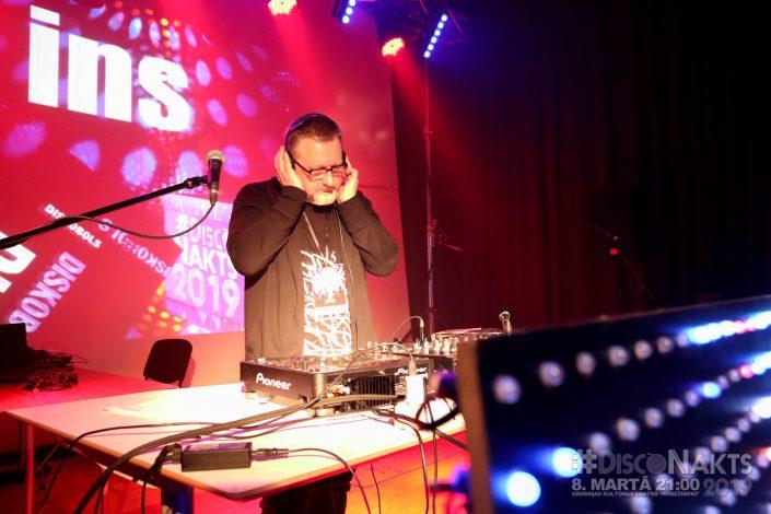 DJ Ilmārs Šlāpins pie pults.