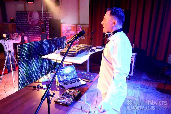 DJ Jānis Mihailovs pie pults.