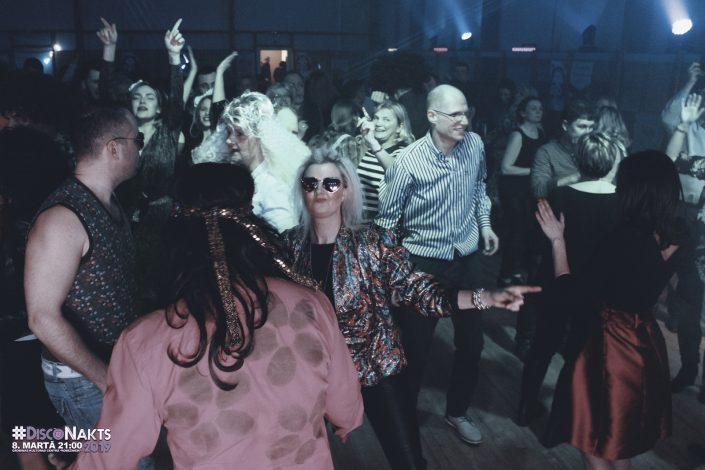 Dejas ritmā disco noskaņā.